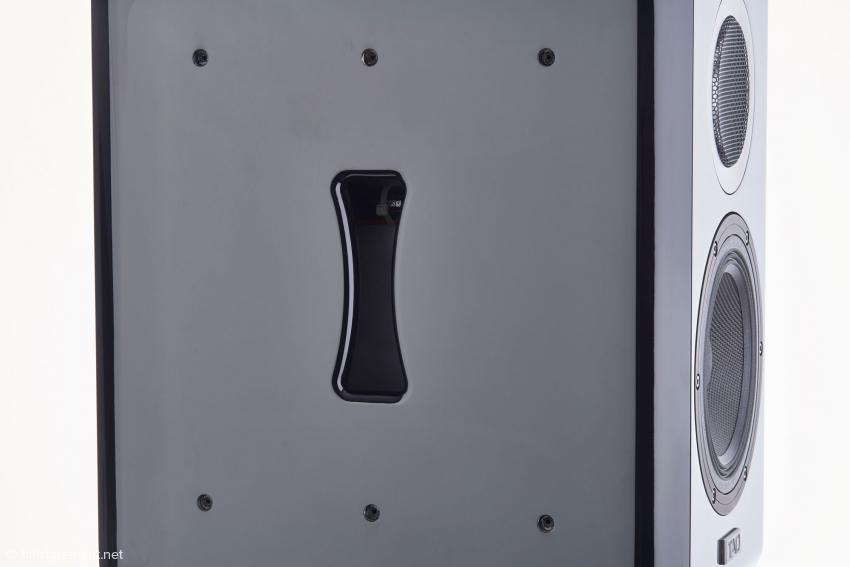 Schlitzförmige Öffnung des bi-direktionalen ADS-Ports unterhalb der abgeschraubten vier Millimeter starken Stahlseitenwand