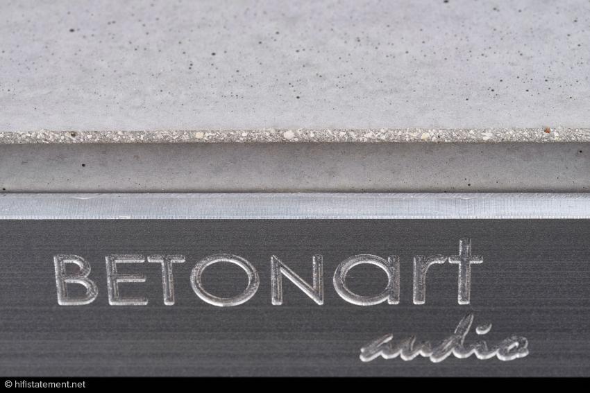Das Aluminium-Emblem unterstreicht auch optisch die Wertigkeit der Silenzio-Basis