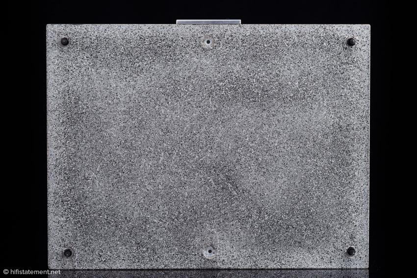 Die sechs Nylon-Gewinde-Buchsen für die Spikes erlauben die Wahl zwischen drei oder vier Aufstell-Kontakten