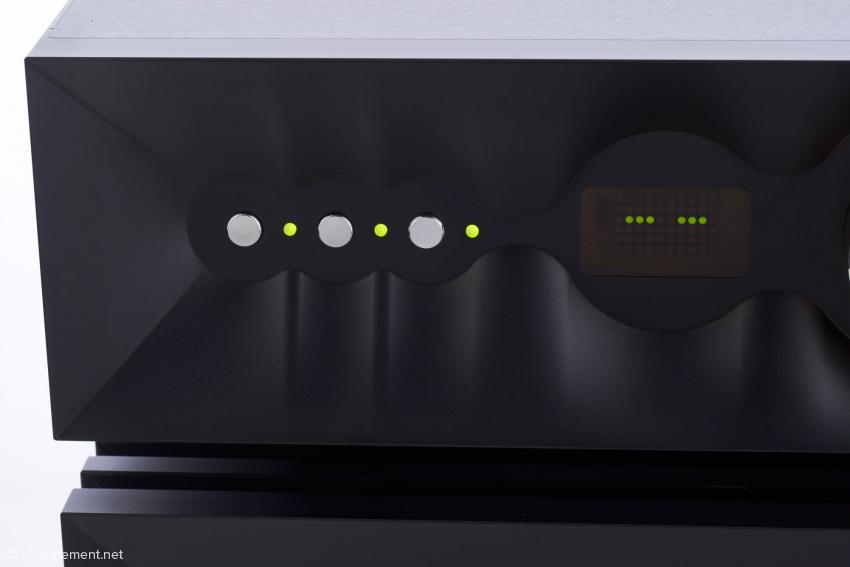 Die Tippschalter für Ein/Aus, Tape-Ausgang und Mute mit LED Anzeige