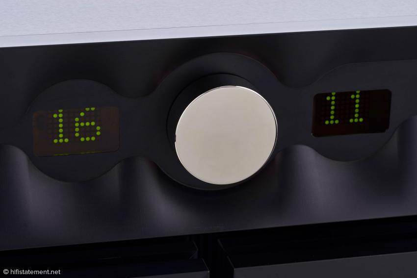 Der große Lautstärkeregler und die beiden grünen LED Displays für die Anzeige der eingestellten Lautstärke