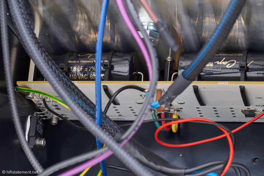 Die Audioschaltung der Endstufe Heros im Detail: links am Kühlkörper der Power-MOSFET, auf der Audioplatine hochwertige Kondensatoren von Mundorf und rechts auf der Rückseite der Audioplatine der Power-JFET