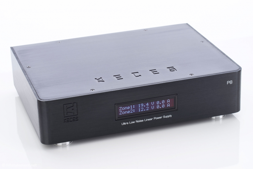 In its aluminum case with rounded corners and company logo and name engraved in the lid and the front panel, the analogue power supply shows up like a noble hi-fi component