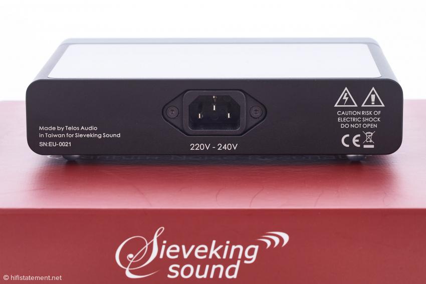 Der QNR wird über eine dreipolige IEC-Buchse mit Strom versorgt. Die Qualität des Netzkabels hat Einfluss auf die Wirkung