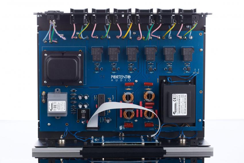 Sauberer Aufbau mit sechs Portento-Audio-Filtern, zwei EMI/RFI-Filtern, Entkoppelungstrafo, Mikroprozessor und den Netzteilen