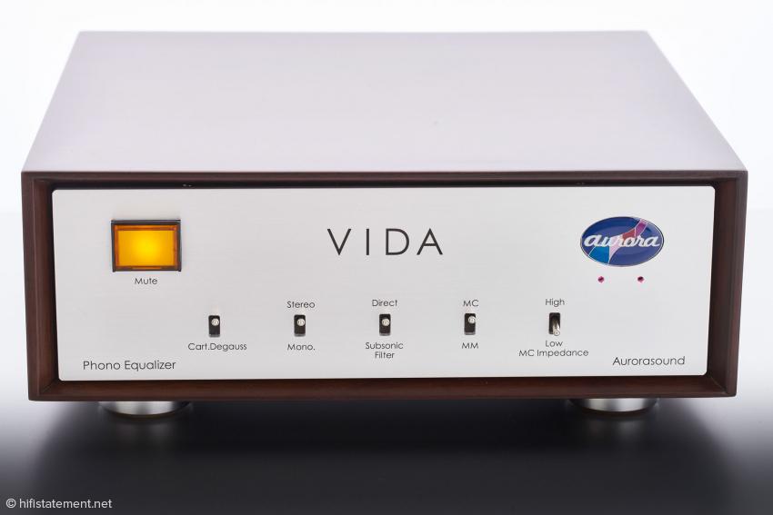 Der Vida in seinem klassischen Holzgehäuse: Der große beleuchtete Knopf schaltet die Ausgänge stumm
