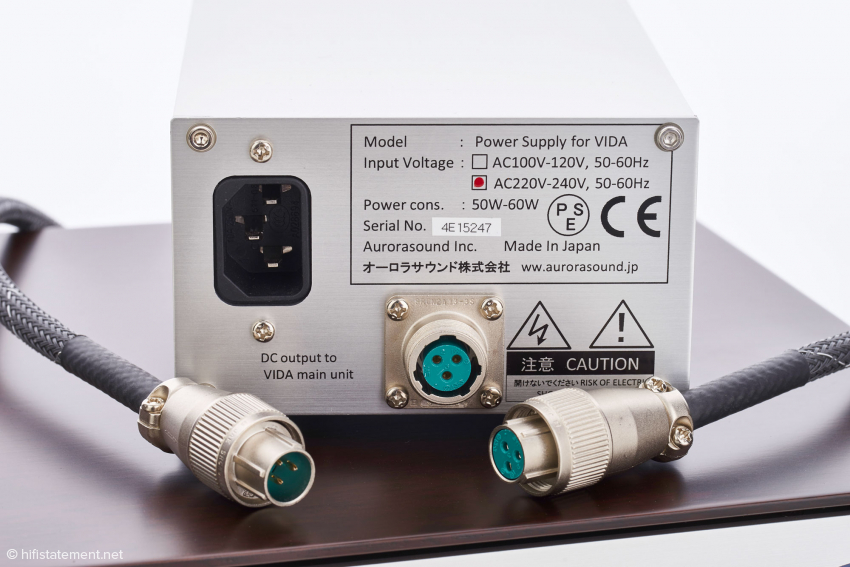Das Netzteil ist ausgelagert und wird über ein Kabel mit sehr hochwertigen Steckern mit der Audioschaltung verbunden