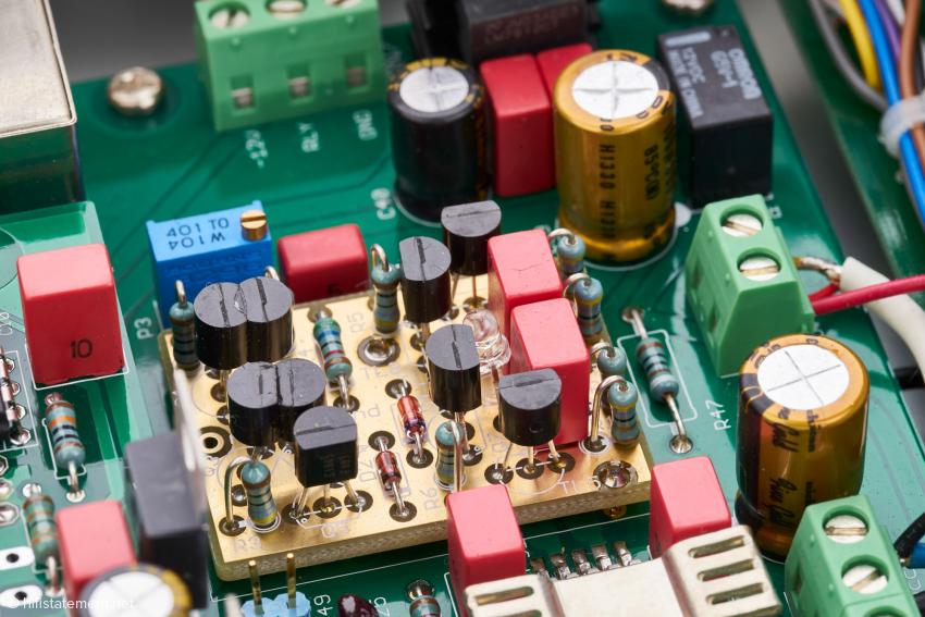 Einige der Transistoren der diskret aufgebauten Eingangsstufe sind aus Gründen der thermischen Stabilität miteinander verklebt