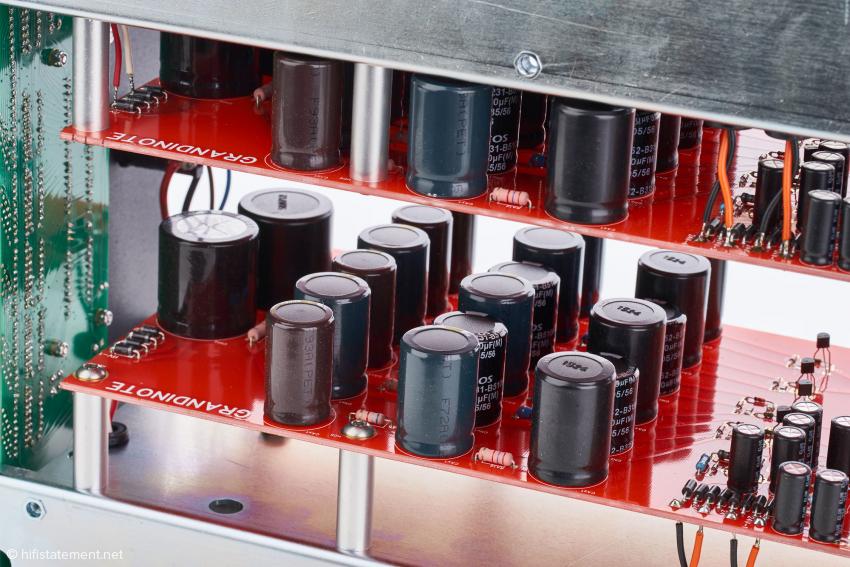 Die parallel ausgelegte Shunt-Stromversorgung ist viermal so stark wie im Grandinote-Einstiegsmodell Proemio