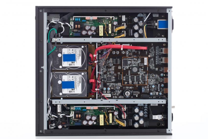Auf den ersten Blick unterscheidet sich der Aufbau des N1ZH/2 fast nicht von dem seines Vorgängers, strukturell schon: So ist eines der beiden Netzteile nun ausschließlich für die Versorgung der Festplatten zuständig