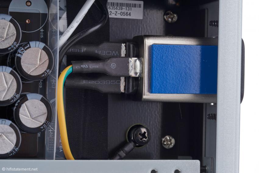 Der N1ZH/2 wurde mit einer 10-Ampere-Netzbuchse mit integriertem Filter ausgestattet