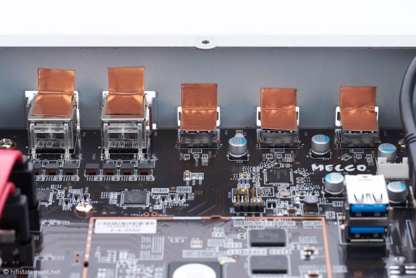 Die auch im Vorgängermodell vorhandenen drei USB-3-Buchsen und die beiden LAN-Anschlüsse wurden mit Kupferfolien geschirmt