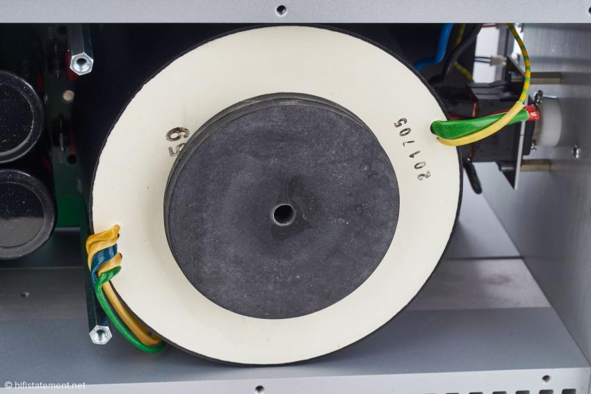Der geschirmte Ringkerntrafo liefert zwei symmetrische Spannungen für die Endstufe sowie die Eingangs- und Treiberstufe