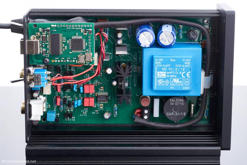 Das Netzteil spielt klanglich eine wichtige Rolle und nimmt entsprechend Platz ein. Unterhalb des blau gekapselten Trafos befindet sich eine Gleichtaktdrossel von Talema. Zwei Spulen sind hier auf einen Kern gewickelt und unterdrücken elektromagnetische und hochfrequente Störungen (EMI und RFI)