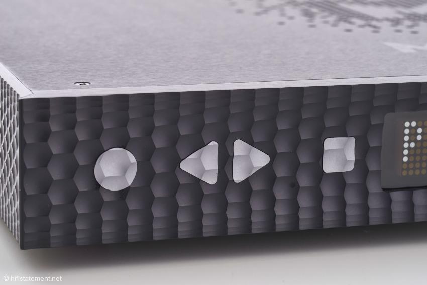 Ich habe mich schon beim ersten Manhattan gefragt, wie man es hinbekommt, die Oberfläche der Tasten hundertprozentig passend zur Struktur der Frontplatte zu fertigen. Natürlich gelingt das auch beim Zweier perfekt und ist durch die unterschiedliche Farbgebung noch besser zu sehen