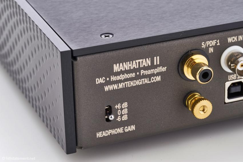 Die Verstärkung des Kopfhörerverstärkers lässt sich an die Empfindlichkeit des angeschlossenen Modells in drei Stufen anpassen. Per Adapter ist der Anschluss eines symmetrisch verkabelten Kopfhörers an die beiden Klinkenbuchsen auf der Front möglich.