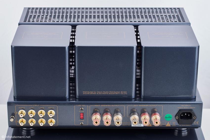 Die Ausgangsübertrager besitzen Wicklungen für Lautsprecher mit einer Nennimpedanz von 4 und 8 Ohm