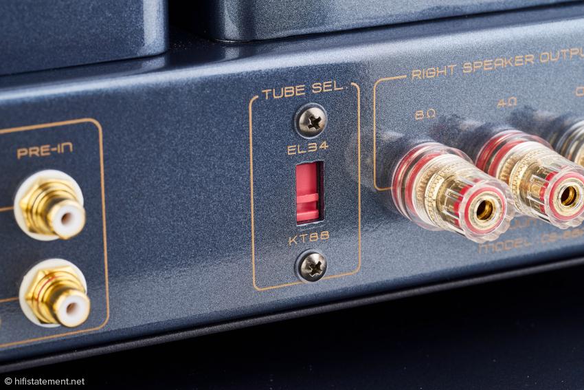Dieser Schalter ermöglicht es, statt KT88 auch EL34 als Endröhren zu verwenden