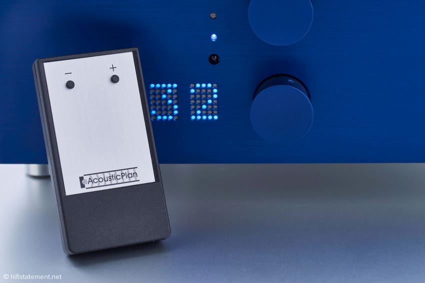 Eine Fernsteuerung darf heutzutage nicht fehlen. Mit dieser lässt sich die Lautstärke regulieren. Die eingestellte Lautstärke ist auch für Kurzsichtige leicht erkennbar