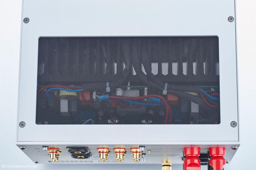Der Verstärker wird nur handwarm, deshalb lassen sich die Kühlkörper ins Innere integrieren