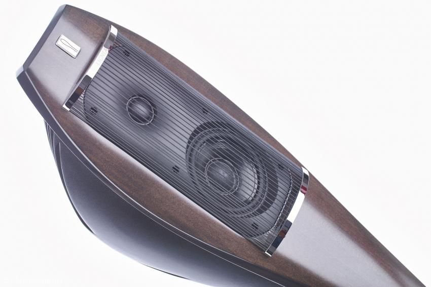 Die Schallwand ist in das geschwungene Front-Holz integriert. Die Bänder aus Gummi dienen auch der Schall-Diffusion