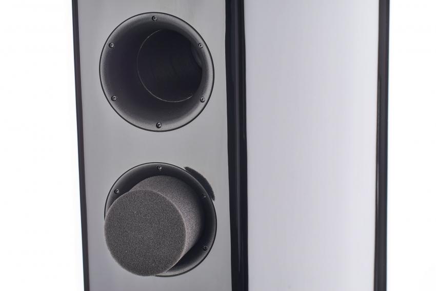 Die mitgelieferten Bassstopfen ermöglichen individuelle Anpassungen an den Hörraum und die eigenen Hörpräferenzen