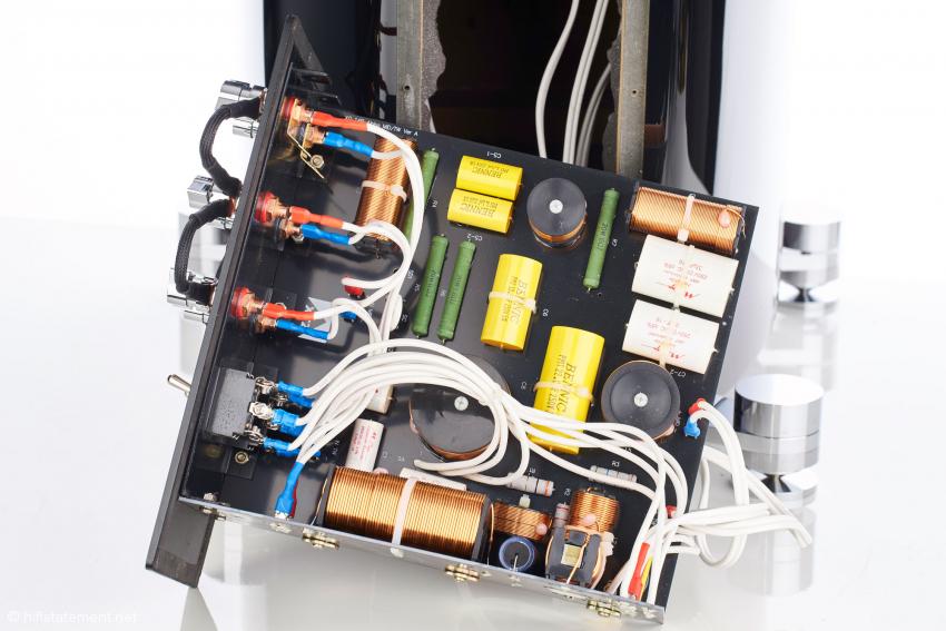 In der Frequenzweiche verwendet XTZ Mundorf-Komponenten im Signalweg. Die Anschlüsse sind so konzipiert, dass man die Weiche bei Verwendung einer externen Frequenzweiche sogar komplett umgehen kann