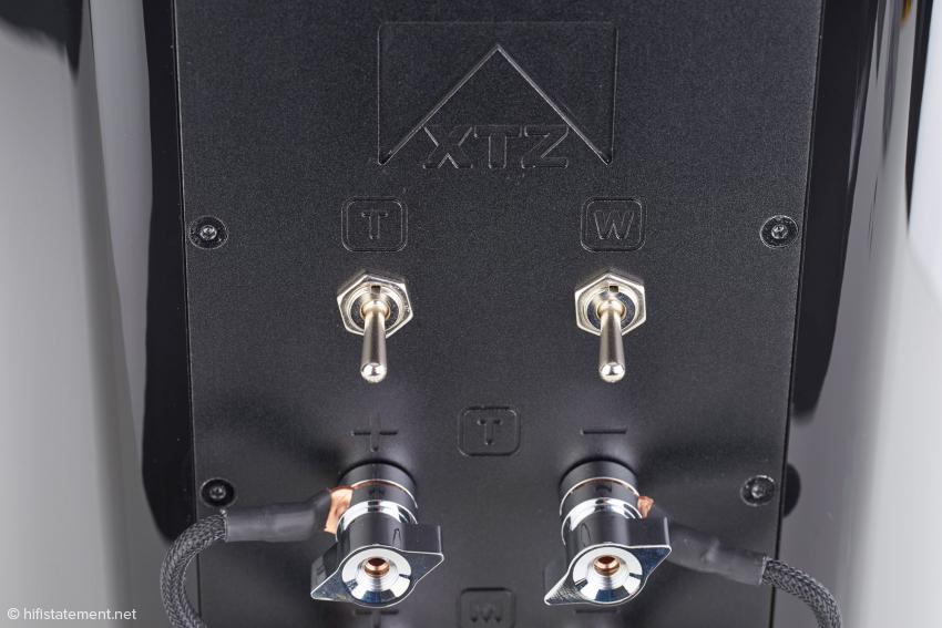 Mit den oberen Kippschaltern kann der Hochtonbereich um 3 Dezibel gesenkt und der Bassbereich nach Wunsch um 3 Dezibel erhöht werden