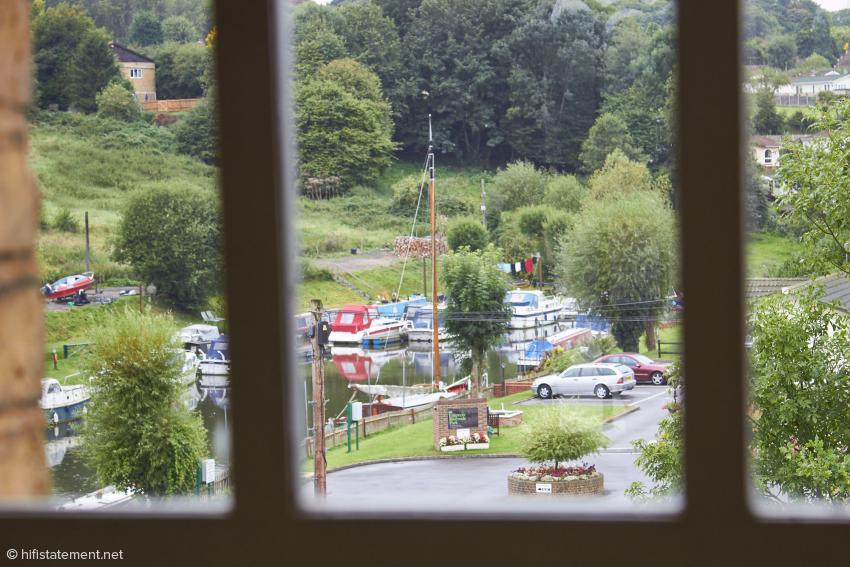 Blick aus dem Fenster der Hörraums: Flussidyll