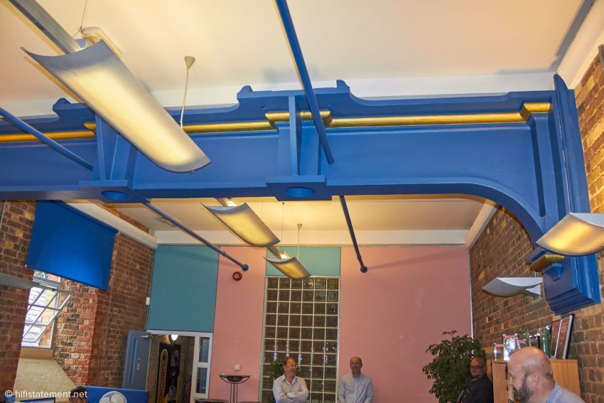 Die blaue Metallgusskonstruktion in der oberen Etage des Pump House, die jetzt als Hör- und Besprechungsraum genutzt wird, diente der Befestigung der Wasserpumpe