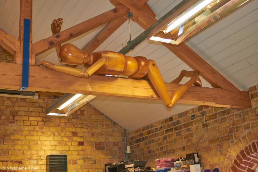 Kunst am Arbeitsplatz: Die offene Holzdachkonstruktion der Werkstatt schmücken mehrere dieser hölzernen Mitarbeiter