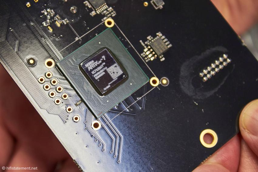 Der Xilinx XC7A200T, dessen enorme Rechenleistung ein Filter mit einer Million Taps und ein Up-Scaling auf auf über 700 Kilohertz erst möglich macht, konsumiert signalabhängig bis zu 10 Ampere
