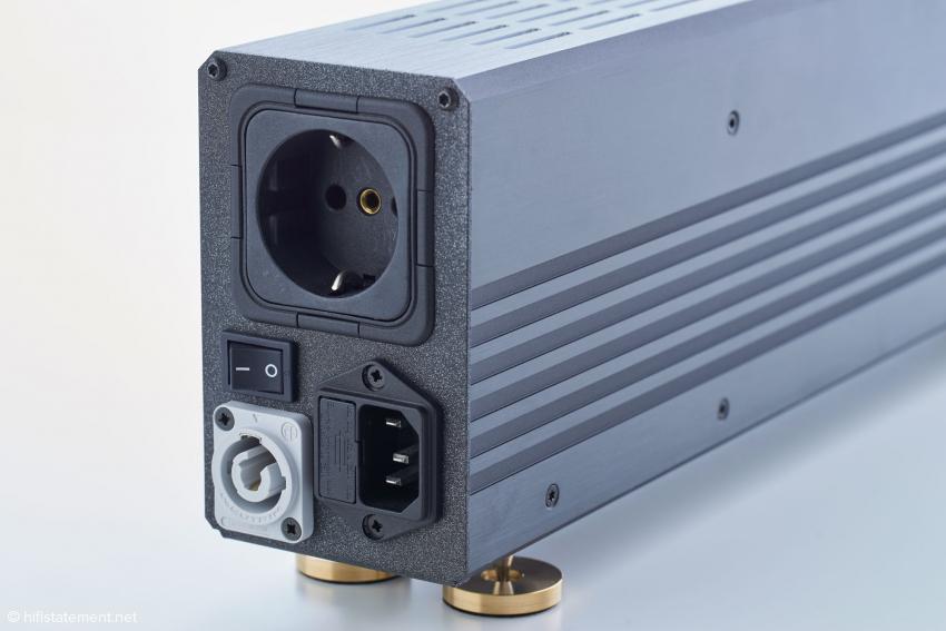 Die Neutrik-Buchse erlaubt es, mehrere Evo3 zusammenzuschalten, so dass nur ein Netzkabel benötigt wird