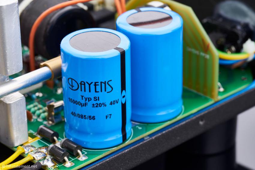 Die Elkos mit jeweils 15.000 µF Siebkapazität pro Kanal stammen aus dem eigenen Haus beziehungsweise sind speziell für Dayens produziert worden