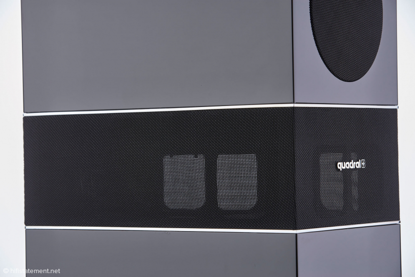 Beide Bässe befeuern die Druckkammer, aus der der Schall dann mit einem Winkel von mehr als 270 Grad austritt