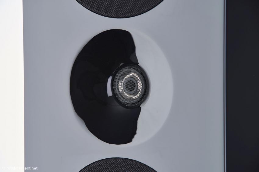 Der Radialstrahler für den Hochtonbereich ab 2600 Hertz koppelt mit einer neu gestalteten Wave-Guide an
