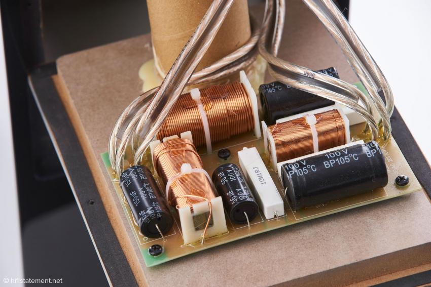 Die Frequenzweiche zur steilflankigen Filterung der beiden Bässe bei 200 Hertz befindet sich im unteren Kabinett