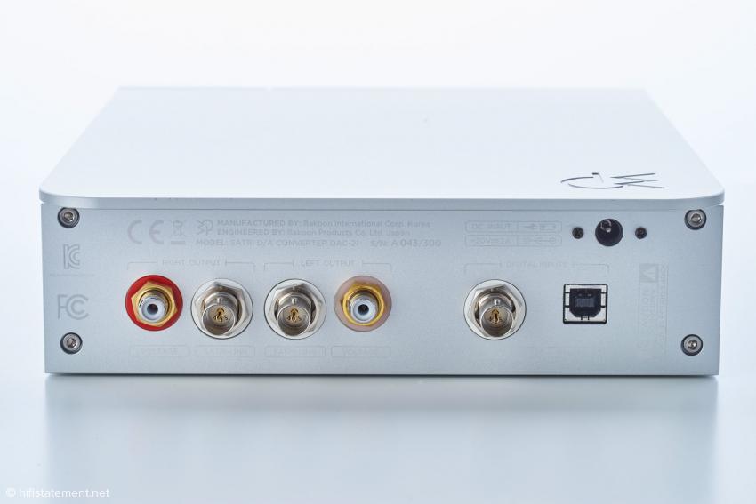 Rechts USB- und S/PDIF-Eingang, links RCA-Ausgang und SATRI-Schnittstelle für die hauseigenen Geräte