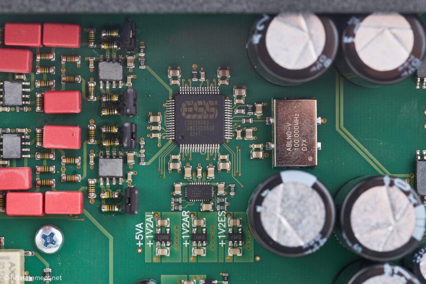 In der Mitte der neue Super-Wandler ES9028Pro, darunter ein neuartiger, extrem rauscharmer Spannungsregler, ebenfalls von ESS und rechts daneben in unmittelbarer Nachbarschaft die Femto-Clock
