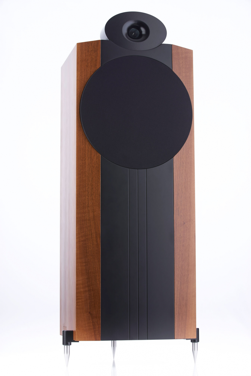 Trotz der Breite, die vor allem der Größe des 38 Zentimeter großen Tief-Mitteltöners geschuldet ist, wirken die Ichos Lautsprecher elegant und bereichern den Wohnraum positiv