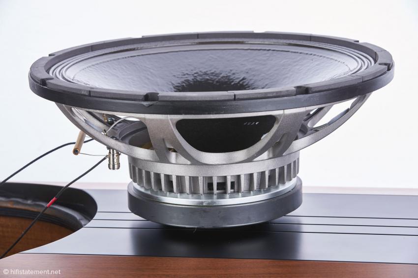 Der mächtige 38 Zentimeter große Bass-Mitteltöner wiegt alleine bereits13 Kilogramm. Das Ausgangschassis wird durch andere Sicken, einen geänderten Spulenabstand und andere Magneten veredelt