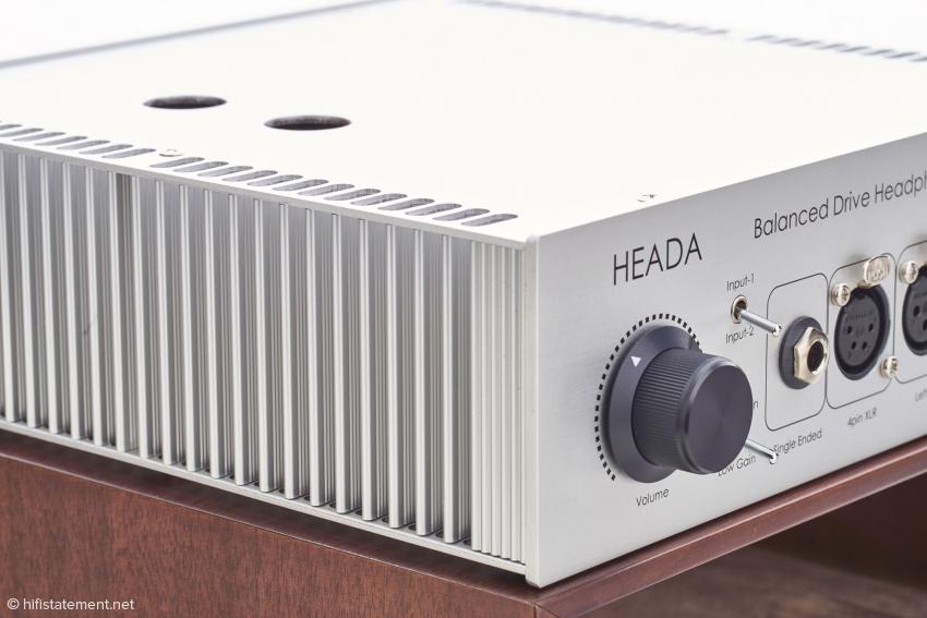 Die üppig dimensionierten Kühlkörper regulieren effizient die Arbeitstemperatur im Inneren.