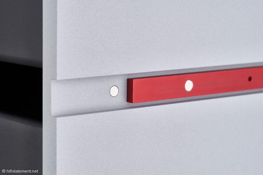 Einen kleinen optischen Akzent setzen die farbigen Leisten auf den Seiten. Sie werden von Magneten gehalten und können leicht ausgetauscht werden