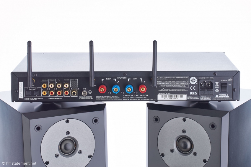 Die digitalen und analogen Anschlüsse des NAD C 338 sind etwas wahllos angeordnet, auch die Bezeichnung nicht ganz stringent. Aber man wechselt ja auch nicht jeden Tag den Zuspieler, und Bluetooth geht ja auch ohne Kabel