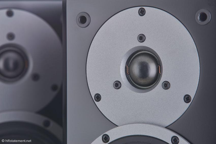 Die 28-Millimeter-Gewebekalotte bringt den Glanz der alten Tage zurück. Zum Ausgleich von Laufzeitunterschieden ist der Hochtöner etwas zurückversetzt zum Tiefmitteltöner montiert