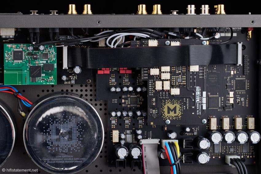 Das Netzwerk-Modul ist über das breite schwarze Flachbandkabel mit der Digital-Sektion auf der Hauptplatine verbunden