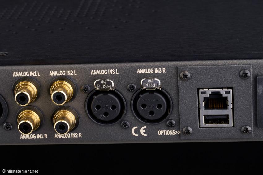 Bei installiertem Phono-Modul wird der Analog-Eingang 2 zum Phono-Eingang. Rechts die Buchsen-Kombination für Ethernet und zur Aufnahme eines USB-Sticks
