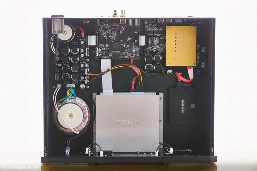 Der Rockna NET kann mit SSD-Speichern von ein bis vier Terrabyte geliefert werden. Links die beiden analogen Netzteile