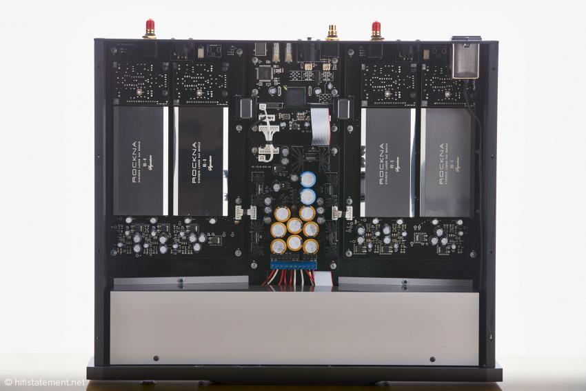 Unter der grauen Abdeckung hinter der Frontplatte verbergen sich drei Trafos zur getrennten Ansteuerung von analogen und digitalen Baugruppen
