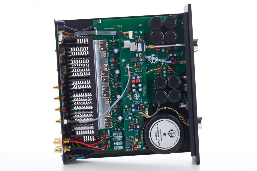"""Wunderbar aufgeräumter Innenaufbau des Accustic Arts Power I MK 4 mit dem motorgetriebenen Alps-Poti für die Lautstärkeregelung: Das ist """"Old-School"""" im besten audiophilen Sinne!"""